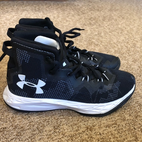 b41f1b8ccf 31/2 black and white UnderArmour Basketball shoes